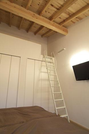 TENアーキテクツ 一級建築士事務所【二世帯住宅、ペット、建築家】各部屋ごとに、勾配天井の高さをいかした工夫が