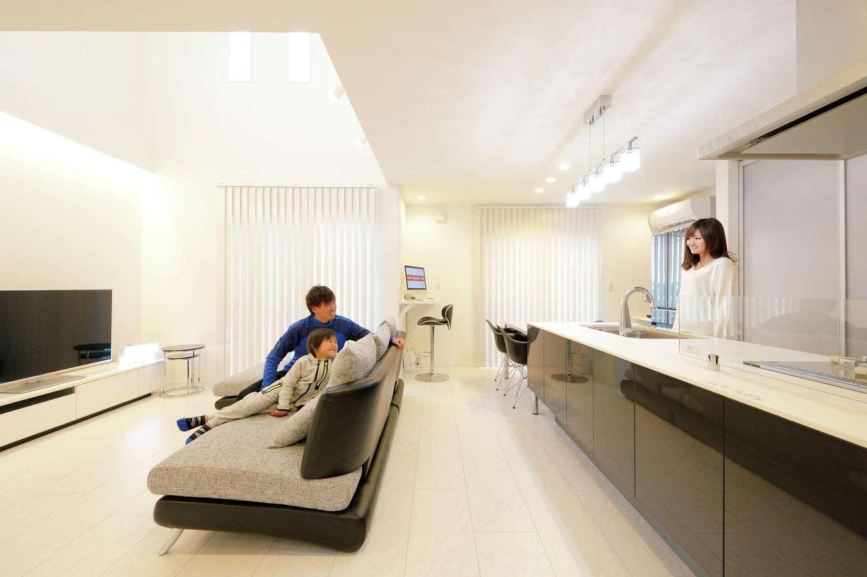リビング上部の吹き抜けが開放的なLDK。アイランド式キッチンと、モダンなインテリアとのバランスが抜群だ。床下にはガス式の床暖房が設置されている