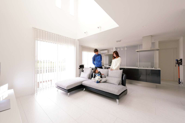 細かな雑貨類はすべてキッチン背面収納に納め、床にもテーブルにも物を置かないルールに。スッキリ広いLDKは清々しい
