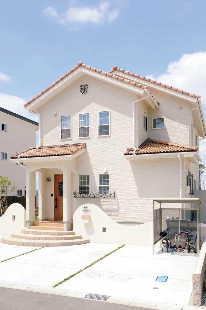 オレンジの瓦にクリーム色の壁、かわいい玄関ポーチ…理想通りの南欧風の家が完成。継ぎ目のないサイディングはメンテナンスが必要なく、見た目もすっきり