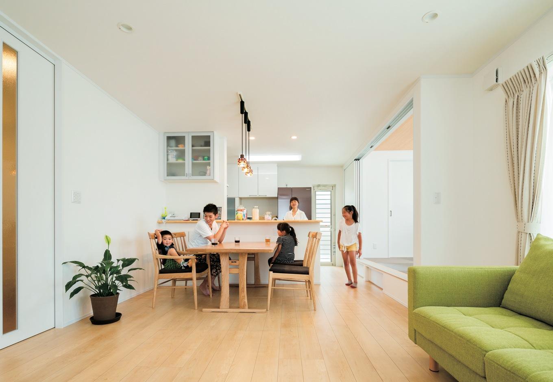 アイフルホーム焼津店 (三住建設)【子育て、省エネ、間取り】開放感と清潔感に満ちたLDKに家族がいつも自然に集まってくる。天井まで届くフルハイドアが空間をより広く見せる