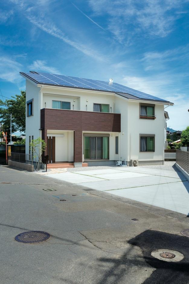 アイフルホーム焼津店 (三住建設)【子育て、省エネ、間取り】屋根一面に大型ソーラーパネルを搭載し、光熱費は毎月黒字。自然の光と風を上手に採り込むパッシブデザインで、より省エネに貢献