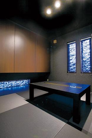 アイフルホーム焼津店 (三住建設)【デザイン住宅、夫婦で暮らす、ガレージ】白で統一した空間の一角だけ、ご主人こだわりの黒を基調とした和室を設けた