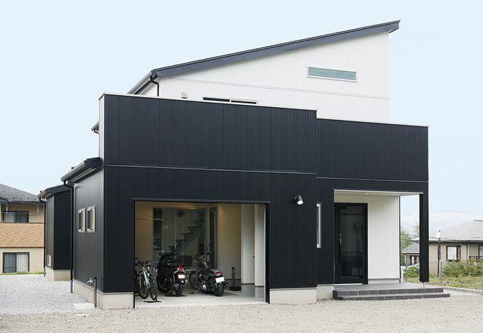 アイフルホーム焼津店 (三住建設)【デザイン住宅、夫婦で暮らす、ガレージ】白と黒のコントラストを効かせたスタイリッ シュな外観