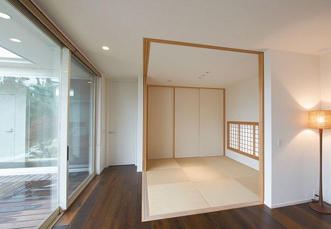 アイフルホーム焼津店 (三住建設)【デザイン住宅、建築家、平屋】角に柱を置かず、開けた時に広がりが感じられる和室。鴨居は天井に埋め込まれ、すっきりとしたイメージに