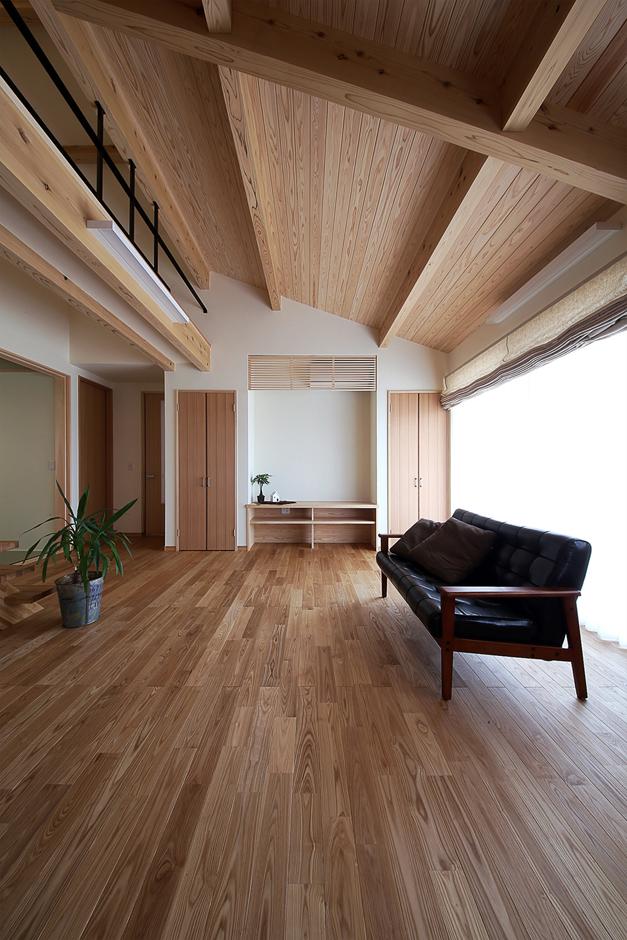 となりの建築工房【自然素材、省エネ、間取り】床材はタモ、天井には杉板、壁は珪藻土といったように、自然素材をふんだんに使い心地よい空間に仕上げたリビング