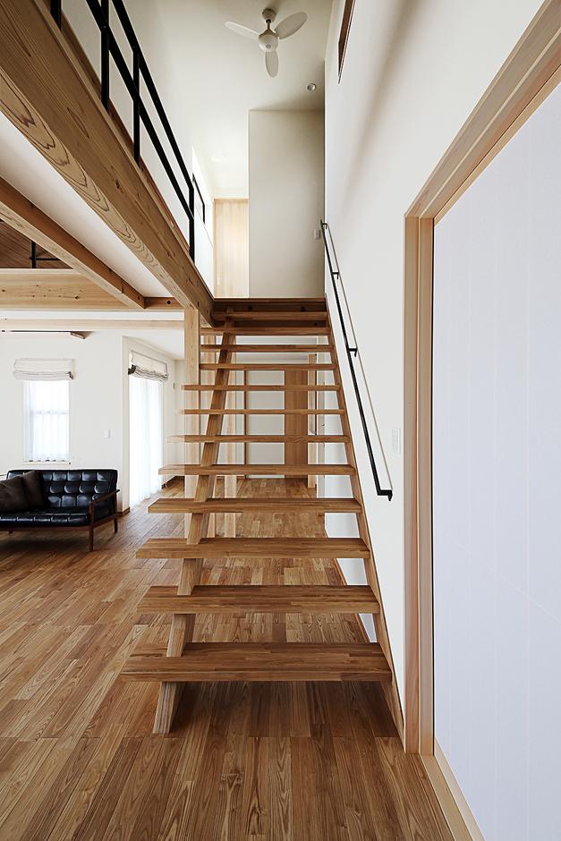 となりの建築工房【自然素材、省エネ、間取り】オープン且つスマートなワイドスリット階段とキャットウォークが広々としたリビングの空間に変化をもたらす
