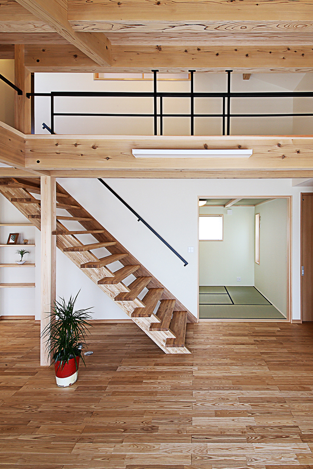 となりの建築工房【自然素材、省エネ、間取り】リビング横に設けた客間の和室は、背の高いご主人に合わせて、 建具も背の高いものをオーダーで製作した