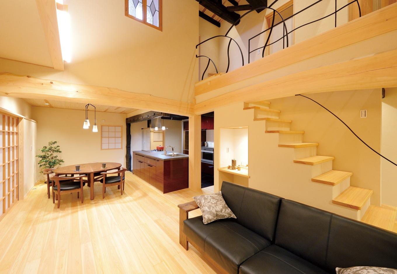 戸田工務店【和風、二世帯住宅、間取り】ダイニングキッチンの天井を低くし天井高に差を付けることで、空間に心地よいリズムをつくる