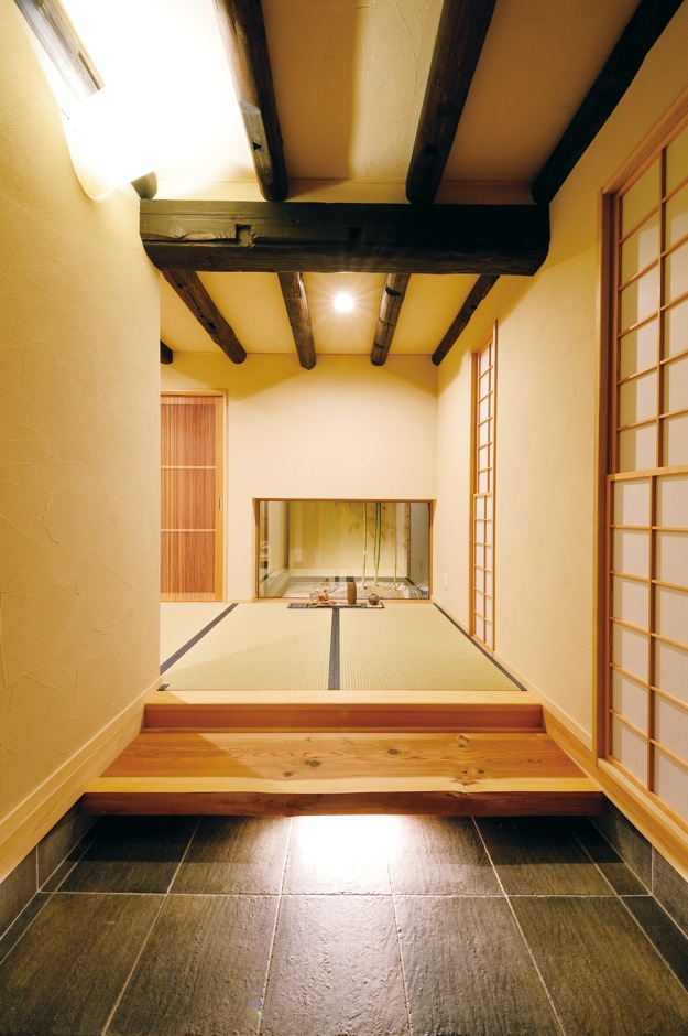 戸田工務店【和風、二世帯住宅、間取り】玄関を開けると古材の見事な梁と坪庭が出迎えてくれる
