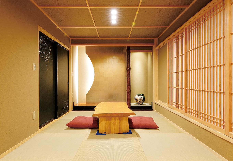 戸田工務店【和風、二世帯住宅、間取り】月をイメージした床の間など、親世代の和室はモダンでありながら落ち着いた佇まい。ベッドを置けるように、写真手前側を フローリングで仕上げた