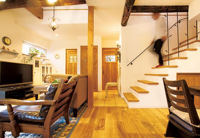 戸田工務店【輸入住宅、趣味、インテリア】LDKの床材は古木調のオーク材。リビング階段のアイアンの手すりは設計の楠さんがデザインしたもの。木の葉をあしらった女性らしいデザインが部屋を優しく彩っている