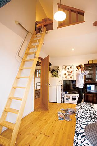 戸田工務店【輸入住宅、趣味、インテリア】ご主人の部屋は広いバルコニーに通じ、バーベ キューの設備を整えてある。「いつでも仲間を呼んでパーティができす」とご主人はご満悦。ロフトが寝室になっている
