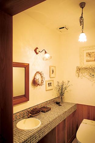 戸田工務店【輸入住宅、趣味、インテリア】トイレは、モザイクタイル貼りの手洗いカウンターがアクセント。ペンダント照明は奥さまが初めて購入したアンティーク