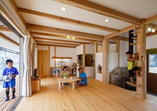 戸田工務店【子育て、自然素材、間取り】1階居室は開放的なLDKのみと、家族全員がのびのび過ごせる空間を生み出した。薪ストーブのある土間には、ご主人の両親が住む家に続くドアを設置