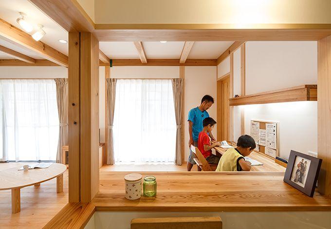 戸田工務店【子育て、自然素材、間取り】奥さまがキッチンに立つと、目の前で勉強する子どもが見える配置に。カウンターや机は、部屋のサイズに合わせて大工が造作したもの