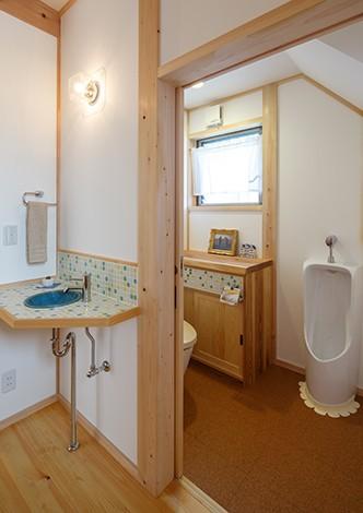 戸田工務店【子育て、自然素材、間取り】漆喰の壁やタイル貼りの手洗いを備え、トイレも明るく居心地の良い空間に