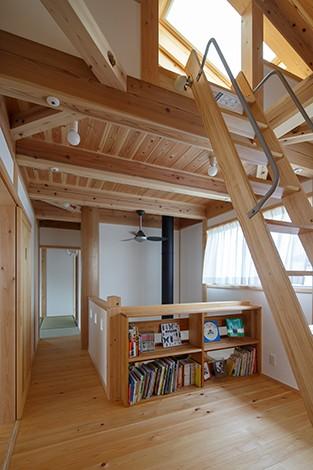 戸田工務店【子育て、自然素材、間取り】作り付けの書棚を備えた2階フリースペースは、奥さまの読書タイムに活躍
