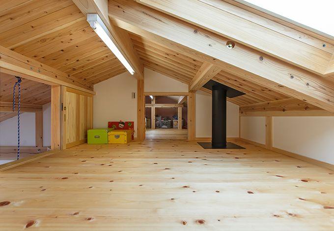 戸田工務店【子育て、自然素材、間取り】フリースペースのハシゴを登ると、このロフトへ。子ども室のボルダリングにも繋がっている