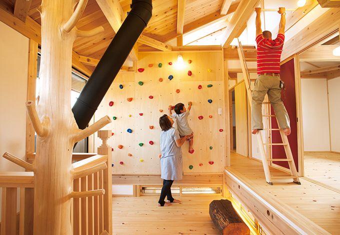 戸田工務店【和風、趣味、自然素材】2階のフリースペースは楽しいアイデア満載のアスレチック・スペース。正面の壁面にはカラフルなボルダリング、スキップフロアの廊下の天井にはうんてい棒。ロフトに11 続くハシゴもあり冒険心に胸がワクワク