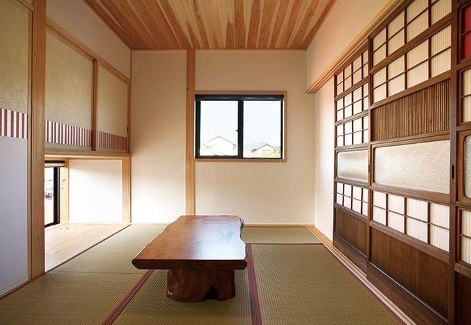 戸田工務店【和風、趣味、自然素材】キッチンから土間を眺めた風景。ウッドデッキに腰掛けるご主人とも目が合