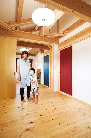 戸田工務店【和風、趣味、自然素材】子ども室の引き戸には部屋ごとに日本の伝統色を使って色分けし、和のエッセンスをプラス