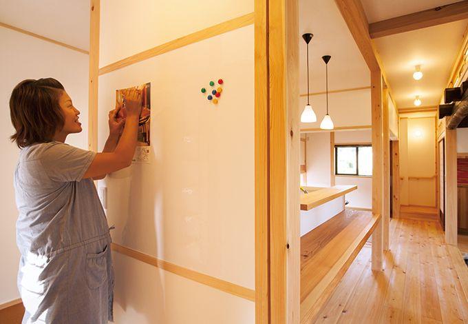 戸田工務店【和風、趣味、自然素材】キッチン横のホワイトボードは幼稚園のお便りなどを貼るのに便利。来客時に目立ちにくい場所にあるのも嬉しい