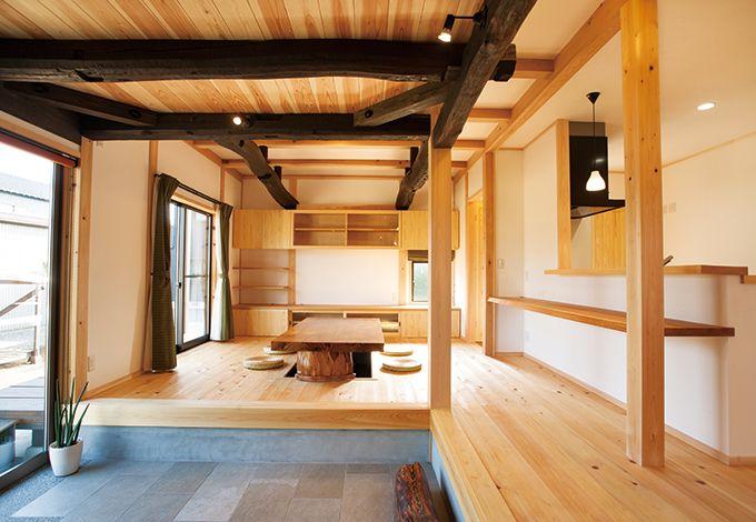 戸田工務店【和風、趣味、自然素材】古材と無垢材のコントラストが端正な空間に個性を添えている