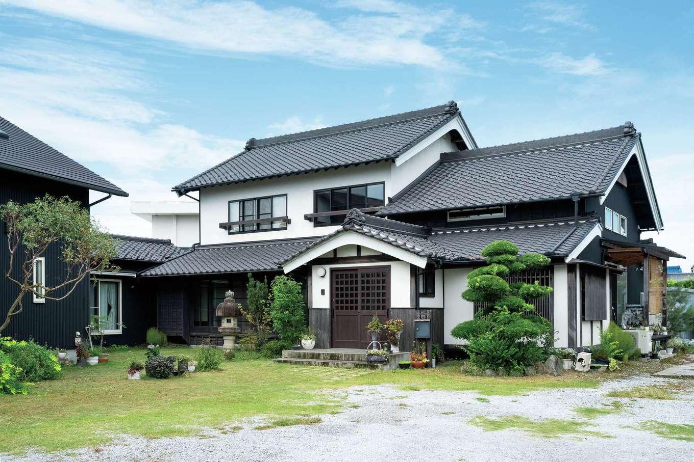 戸田工務店|威風堂々とした外観。曳家工事で建物の傾きを修正し、屋根瓦は塗り直した。隣接する子世帯の新築住宅と繋がっている