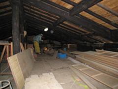 階段もなく、物置として使用されていた小屋裏