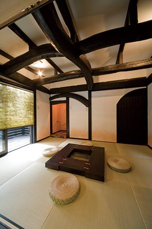 戸田工務店|中庭部分に増築した和室は「TODAのリノベーション」の真骨頂といもいえる古材を使った古民家空間に。自然のま まの木の美しさを活かし暮らしに豊かさを添えている