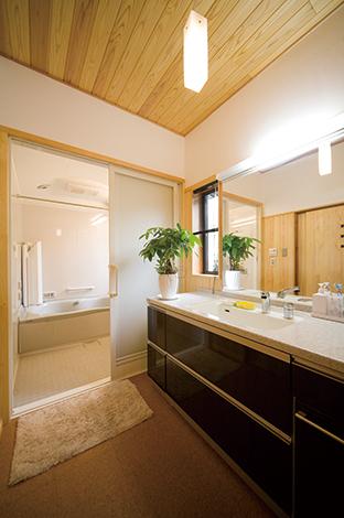 戸田工務店|洗面脱衣室と浴室も全面リフォーム。水廻りは最新設備を取 り入れ、便利さを重要視した