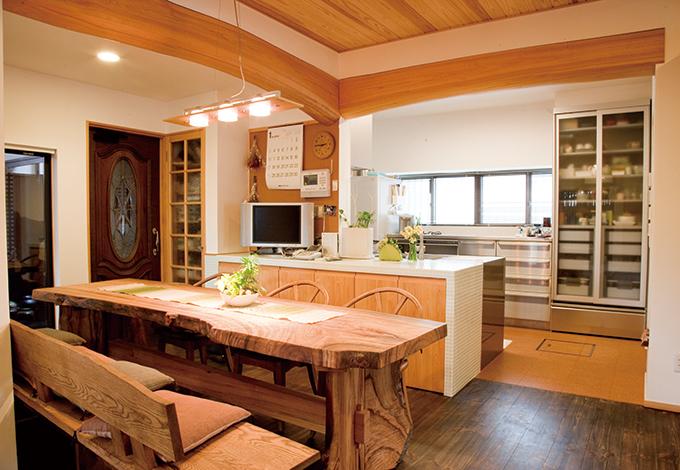 戸田工務店|以前はキッチンとダイニングスペースが分かれ、作業スペースも狭かったが、空間を繋ぎ明るい対面型キッ チンに。カウンターはガラスタイル張りで、木の空間に 美しく溶け込んでいる