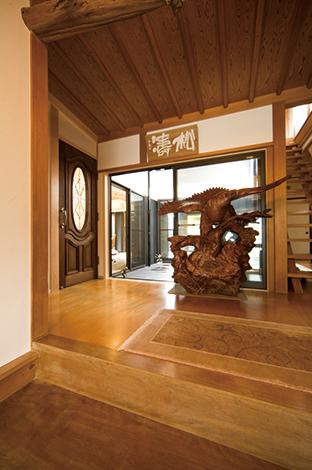 戸田工務店|和の趣きの中に洋の ドアを組み込みレトロモダンな雰囲気を演出