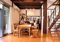 家族の存在を常に感じ合える無垢の木と自然素材の家