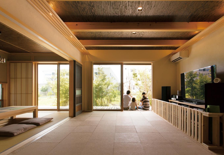 新栄住宅【自然素材、省エネ、ガレージ】お客様を招くリビングと和室。昼間は庭の景色を楽しみ、夜は間接照明の明かりがニュアンスを与える