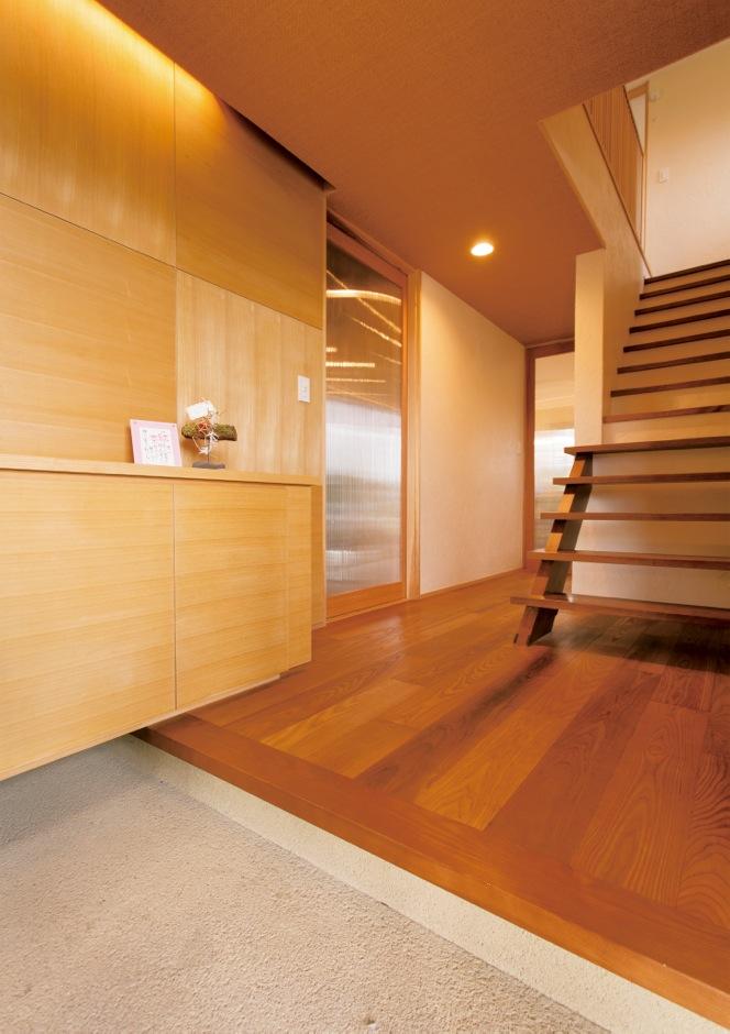 新栄住宅【自然素材、省エネ、ガレージ】無垢の木と自然素材のやさしい雰囲気に癒される玄関ホール。高級感のある床は 同社のモデルハウスと同じアッシュ材を採用