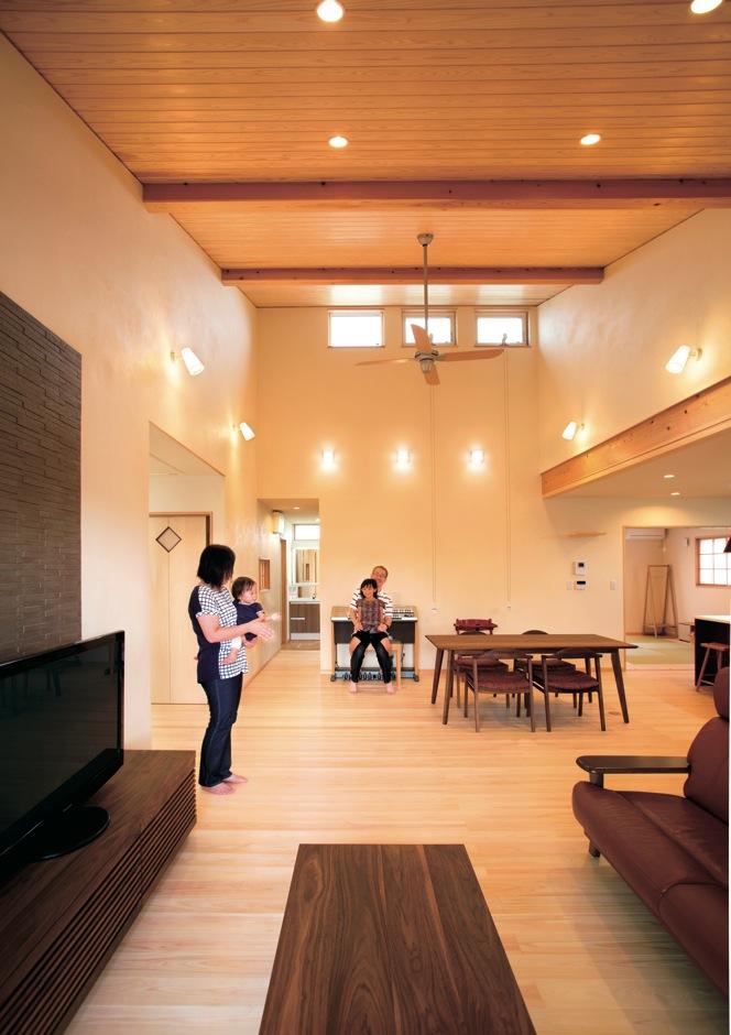 新栄住宅【自然素材、間取り、平屋】LDKは31畳の大空間。床は無節の国産ヒノキ、天井は天竜杉をふんだんに使用。漆喰珪藻土の壁との相乗効果で、家そのものが呼吸するため、室内はいつもサラッとして過ごしやすい