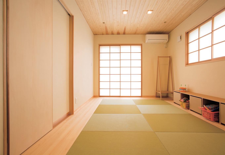 新栄住宅【自然素材、間取り、平屋】和室はゴロンと寝転んだり、洗濯物をたたんだり、子どもが小さいうちは着替えスペースなどマルチに使える
