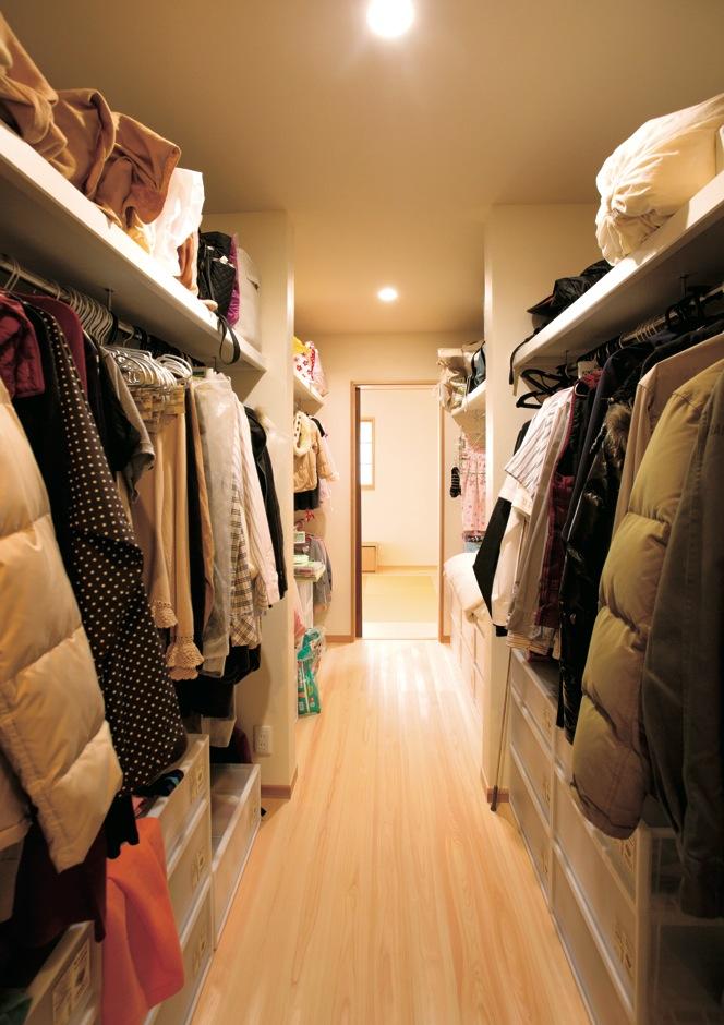 新栄住宅【自然素材、間取り、平屋】水回りの動線付近に設けた「ウォークスルー収納」。家族全員の洋服やカバンを一か所に収納できるので、リビングが散らかる心配もない