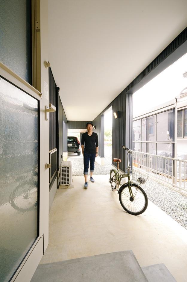 新栄住宅【自然素材、間取り、ガレージ】ガレージから室内へ直結する外土間。洗濯物の陰干し、自転車置き場など多目的に使える