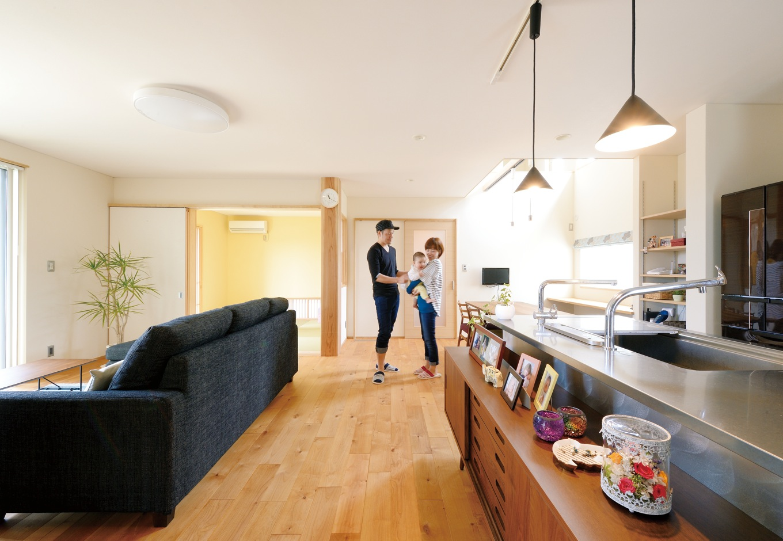 新栄住宅【自然素材、間取り、ガレージ】キッチンから1階全体が見渡せる23畳のLDK。床は『新栄住宅』と一緒に材木店で選んだ「アルダー」。漆喰珪藻土の塗り壁とマッチした空間に癒される