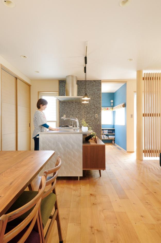 新栄住宅【自然素材、間取り、ガレージ】ウォールナットの家具で統 一感を出したLDK