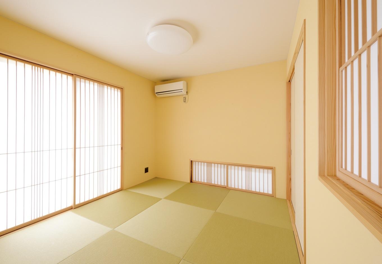 新栄住宅【自然素材、間取り、ガレージ】雪見障子や地窓など、光と影のコントラストに心が落ち着く和室。塗り壁の色を変えてアクセントを