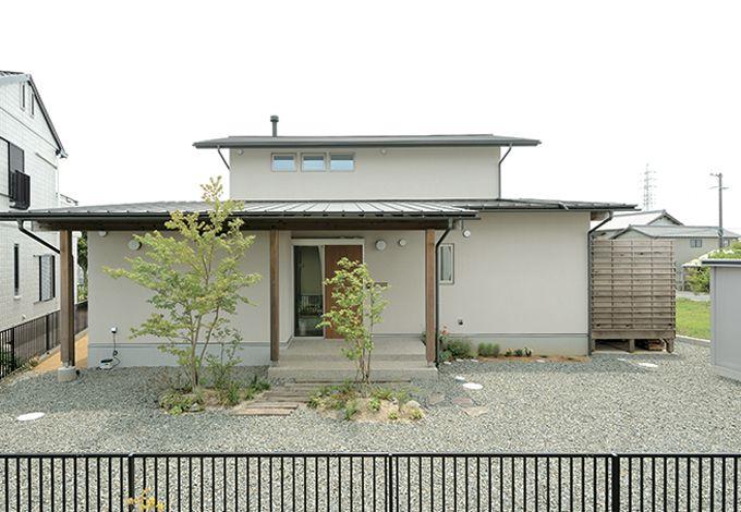 新栄住宅【デザイン住宅、自然素材、省エネ】平屋っぽく見えるシンプルな外観。2階の窓を開ければ、夏の熱い空気が逃げて空気を自然に循環させる