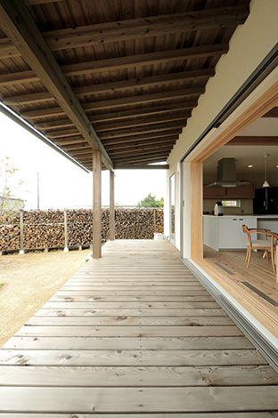 新栄住宅【デザイン住宅、自然素材、省エネ】玄関ホールは、天井高をあえて低くして、落ち着いた佇まいに。造作収納棚の脇の小物入れは見た目もきれいで便利