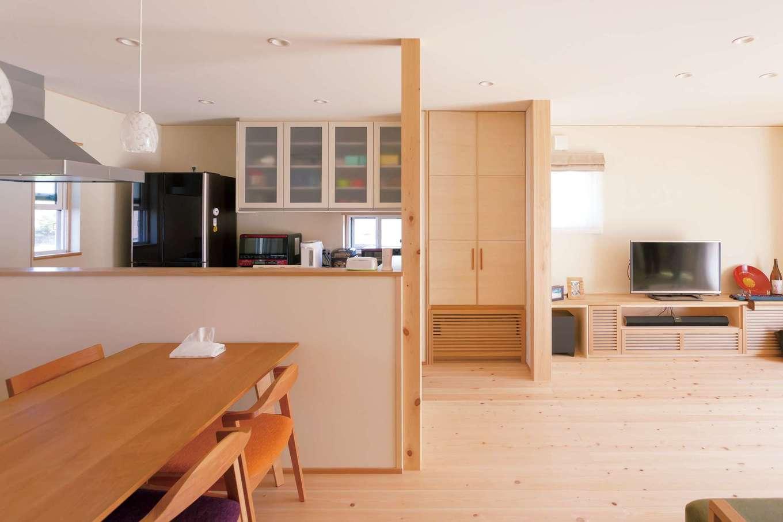 キッチンからフロア全体を見渡せるレイアウト。コンロ前の壁をなくして視界を広げつつ、手元が見えないようにカウンターの位置を高めに調整した