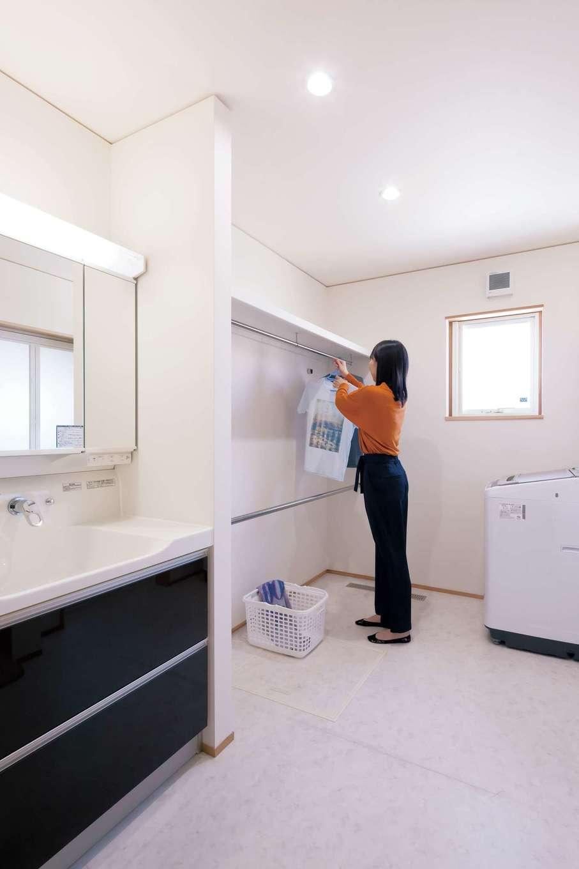 ゆったりと広い洗面&ランドリールーム。共働きで日中は留守にするため、洗濯物は部屋干しが基本。呼吸する住まいなので、除湿機なしでもよく乾く
