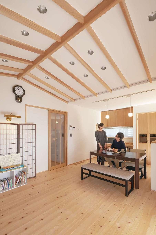 新栄住宅【収納力、和風、間取り】部屋をより広く見せる効果のある船底天井を採用したLDK。和の雰囲気に合うようダウンライトにも配慮。肌触りのいい床は夫婦の夢を叶えた天竜ひのき