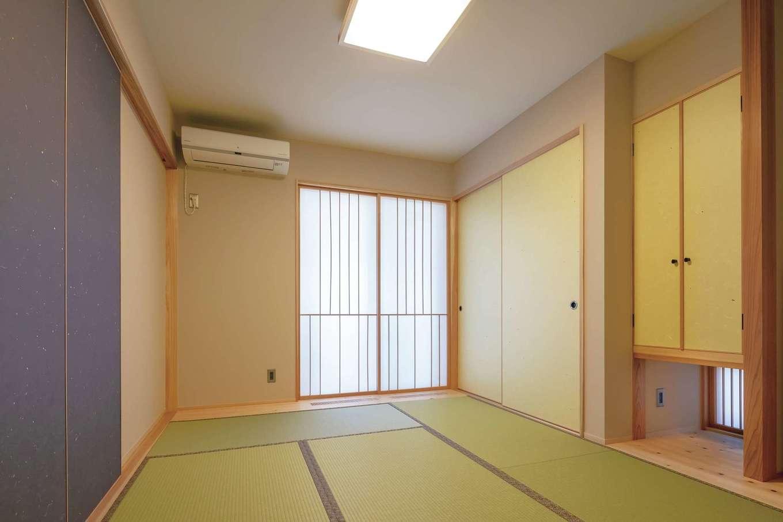 新栄住宅【収納力、和風、間取り】玄関からリビングを通らずにアクセスできる和室。屋根付きのガレージからも直接入れて、子育てママの負担を軽減する。襖の柄をすべて変え、障子のデザインも凝っている